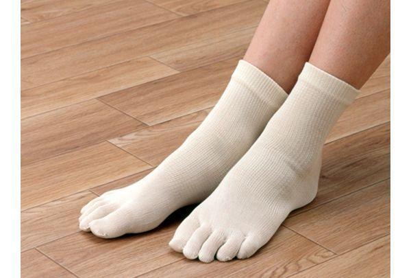 絹効大地は重ね履きもできる薄手の5本指靴下で素材の心地よさが実感できます。